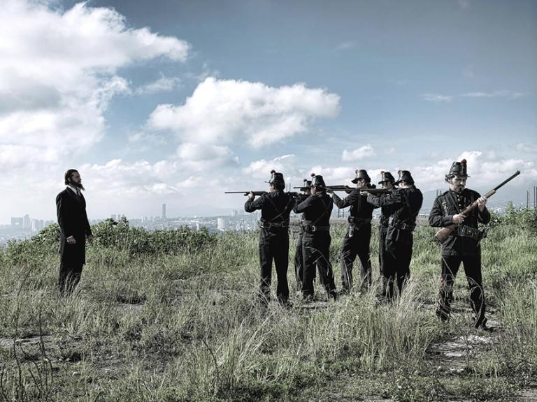 """45 Enrique Méndez de Hoyos. """"El fusilamiento de Maximiliano"""", 2010. De la serie """"Tiempo Sagrado"""". C-print. 120x90 cms. jpg.jpg"""